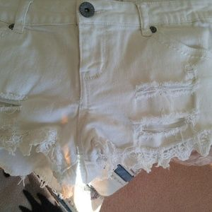 SUPER CUTE WHITE DENIM SHORTS WITH LACE DETAILS